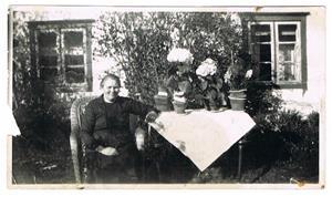 7.Min mormor Hermanna Cederlund firar födelsedag utanför hemmet vid Skåls i Näs. Osäkert årtal.