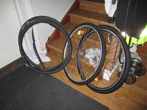 Bytt däck och slang på två hjul, till lika många cyklar. IMG_1304
