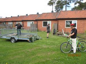 Hämtning av cementplattor vid vår granne Geert. Han skall bygga trädäck så vi tog hand om dom gamla plattorna. Besök av en annan granne, Folke Jacobsson. IMG_1636