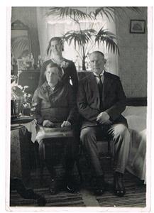 28. Sittande Alma och Karl Cederlund, Oskar Cederlunds bror. Stående bakom är Svea Larsson (Cederlund).