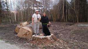 Peja, Maria och Loke på stubben av ett nersågat träd på Almungsvägen, 2015 04 23. DSC_0174