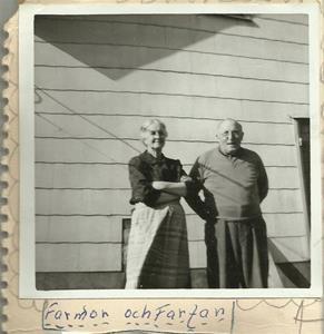 Min farmor och farfar framför huset vid Haldings i Hemse ca 1967. Fick bilden av min kusin Carina 2015 03 30.
