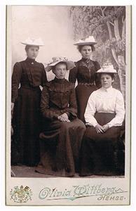 31. Stående från vänster Emma Havdelin (Boström) och Hermanna Cederlund (Boström), sittande till höger Bertha Cederlund.