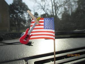 Interiör i min Volvo 245:a 1990 års modell. Amerikanska flaggan med Gitarr. IMG_1457