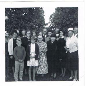 24.Släktträff på Björklunda. Ser ut som att min far Erik har sorgband, någon har förmodligen nyligen gått bort. Ca mitten på 1960-talet.