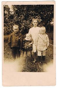 9.Naimi (syster till Elsa Mattsson Rangsarve i Näs) och hennes syskon. Naimi åkte till USA tillsammans med Iris syster Märta.