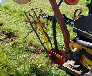 Ner plöjning fiberslang och el-kabel 120726_bild3
