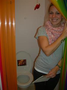 Elin, en av duktiga förskollärare i Påfågeln, visar deras idé: även tid på toaletten är viktig
