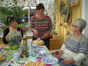 Tårtan delades av Jarmila till små bitar