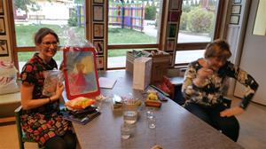 Bibbi och Zdena i Norrköpings förskola - gåvor från tjeckisk kollega Dagmar