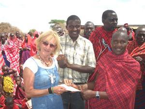 Bybs ledare överlämnar brevet från byn