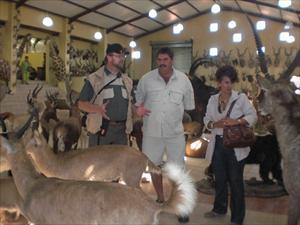 Björn, Tom och AnnaMarie på titt i en Afrikaaffär första dagen