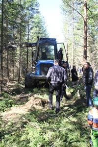 Skogsdag-av-södra-o-LRF-förevisar-ladugården-0541