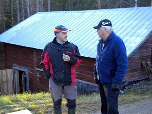 1. Karl-Henrik Åström i samspråk med fiskodlaren i Bastuträsk