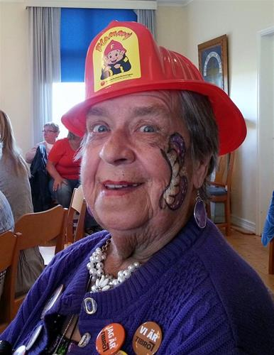 Agnes i brandhjälm.