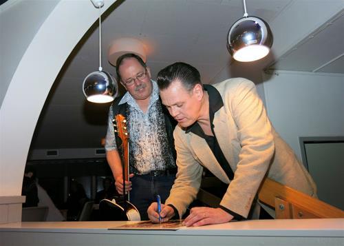 Jack Baymore skriver en autograf till Hasse Ehlin, Igelstorp.