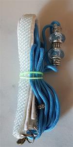 halsband med pärlor och koppel