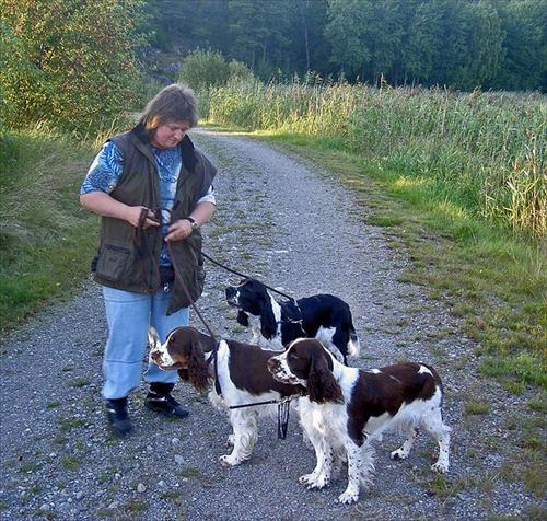 Susanne med hundarna på Alhagen