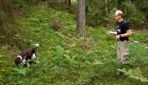 Janne Ramström och Emma (Kiwis mamma) viltspårar