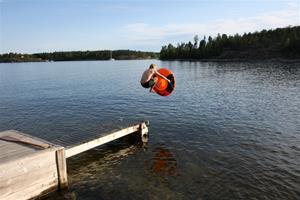 Rasmus hoppar.