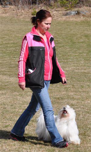 Här tränar Lisen att gå fot med sin matte Lotta.