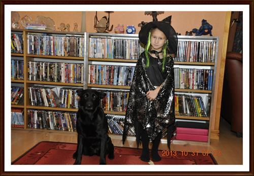 2013-10-31 Tess som en häxa med sin svarta vakthund