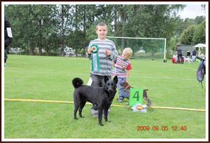 2009-09-05 Billy & Dixy på 4e plats. Kolmårdens hundutställning