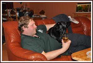 2009-10-24 Husse o hund  tar sig en whisky efter en lyckad dag. (hunden dricker inte)