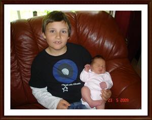 2009-05-23 Den 20/5 fick vi vårat andra barn, en liten tjej som heter Tess, här med en stolt storebror Billy