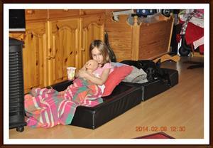 2014-02-09 Tess har tagit Kaxas säng