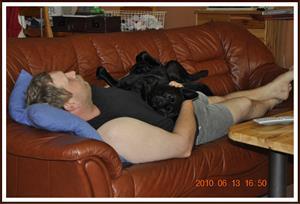2010-06-13 Dixy & husse vilar ut på soffan