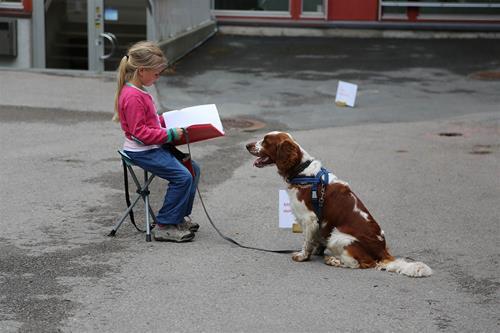 Hund og barn som leser