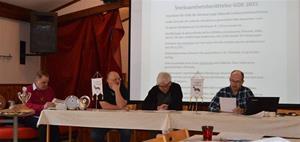 Mötesförhandlingar pågår från vä: Bernt Olsson, Ordf Benneth Thyr, Mötesordförande Sten-Åke Eriksson, mötes sekr Dan-Erik Persson
