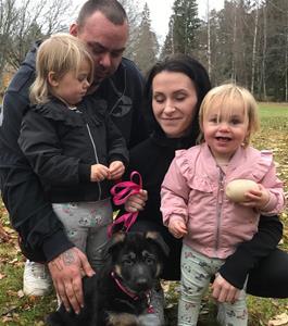 Rindrosens Brixa 8 veckor flyttar till husse Kim och matte Henny Kristansson till Örebro
