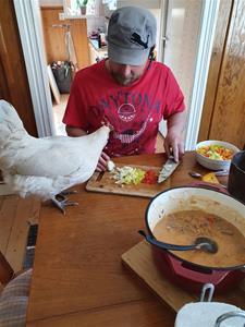 Vera hjälper pappa i köket